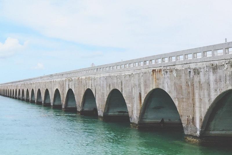 Corrosión visible en un viaducto construido sobre el mar